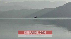 Vjedhje e peshkut në liqenin e Dibrës (FOTO-LAJM)